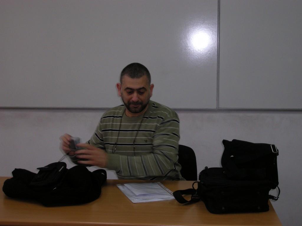 סטודנט במהלך הצגת הרפרט למנחה