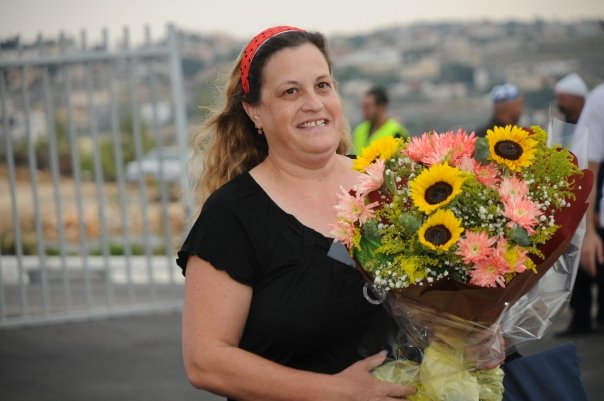 הסטודנטית פלורנס אייזנברג עם זר פרחים לרגל חנוכת הבניין החדש