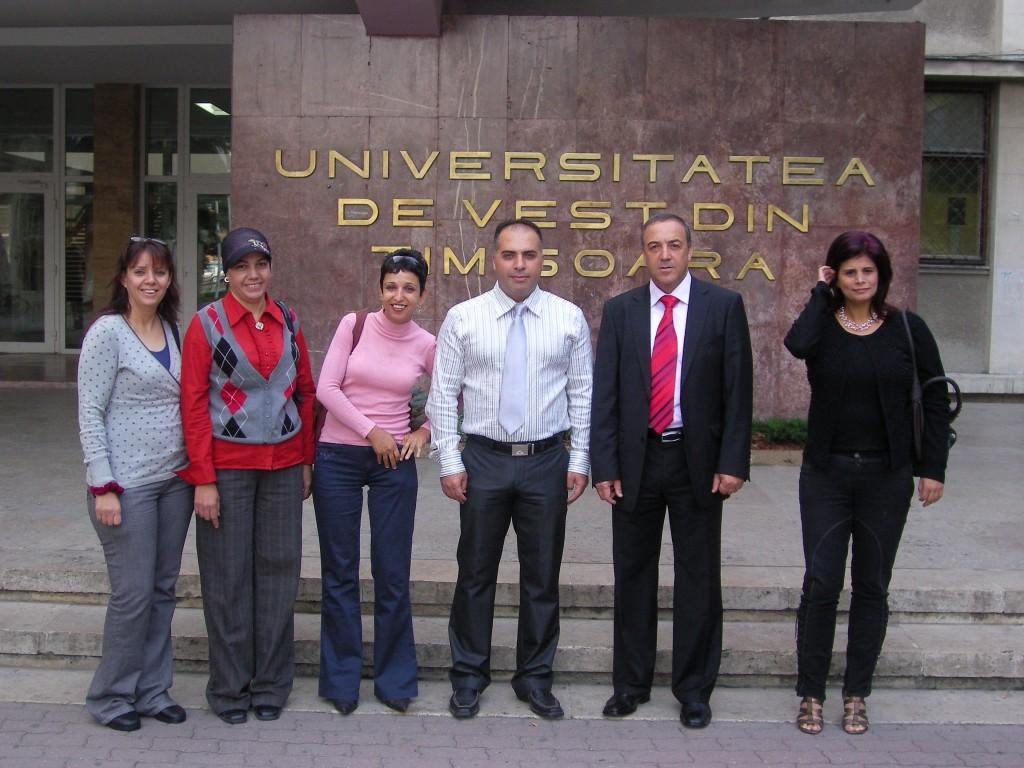 """סטודנטים של מחזור 2009 בפתח הכניסה לאונ' טימשוארה יחד עם ד""""ר אכרם חסון"""