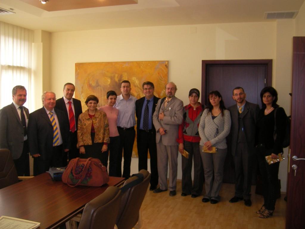 """סטודנטים מישראל יחד עם ריקטור אונ' טימשוארה פרו""""פ טאלפוש ומנהל בית הספר לדוקטורט פרו""""פ ג'יוואן"""