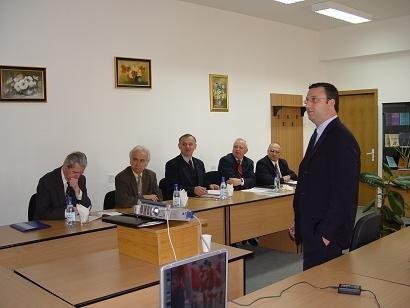 """ד""""ר מאיר אורנשטיין מציג את עבודת הדוקטורט בפני הוועדה"""