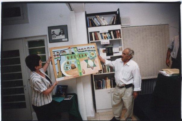 """מר כאמל נטור ז""""ל מציג את התמונה שלו בבית הסופר במכללת הכרמל"""