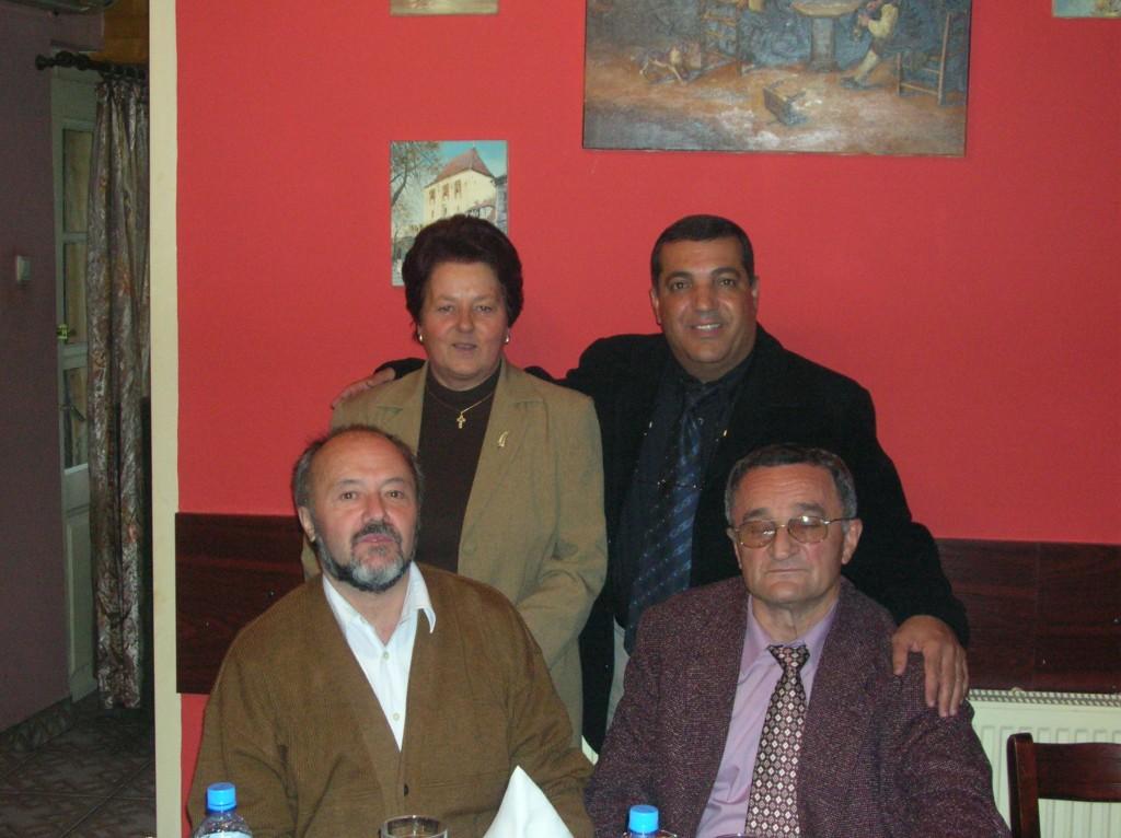 """ד""""ר פנדי עזאם יחד עם חברי הוועדה שהסמיכה אותו לתואר דוקטור  בקלוז' שברומניה"""