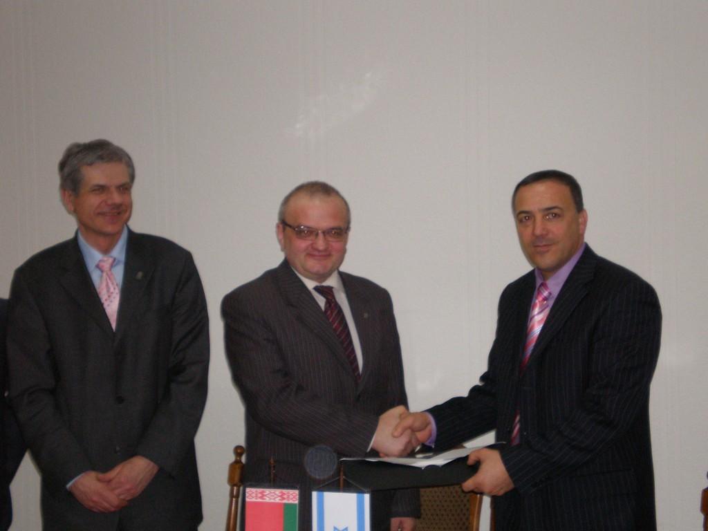 """ד""""ר אכרם חסון מעניק שי מכללת הכרמל לשר החינוך בבילארוס"""