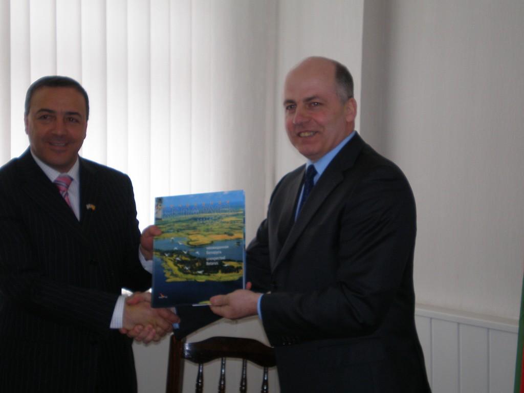 """שר הבריאות במינסק מעניק שי לד""""ר אכרם חסון"""